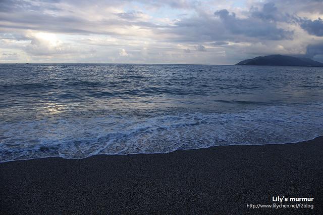 兩人看了忍不住就下去踏了浪了。徐徐海風迎面吹拂,腳下海水清涼,好不愜意。