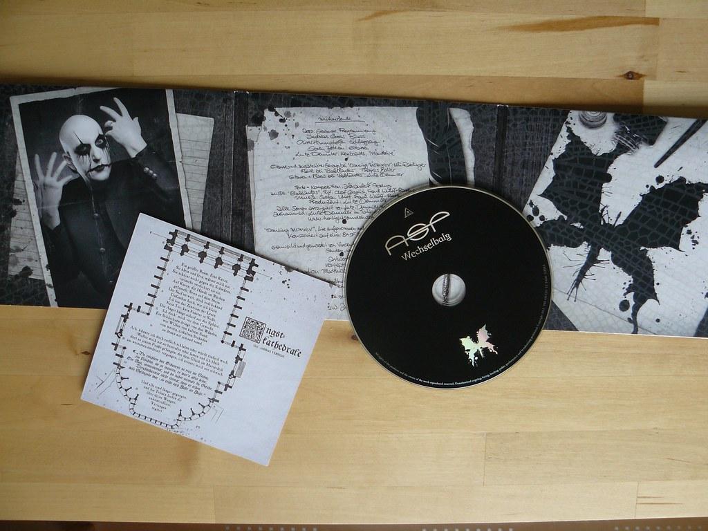 Die Single, komplett aufgeklappt, mit CD und Lyric-Karte