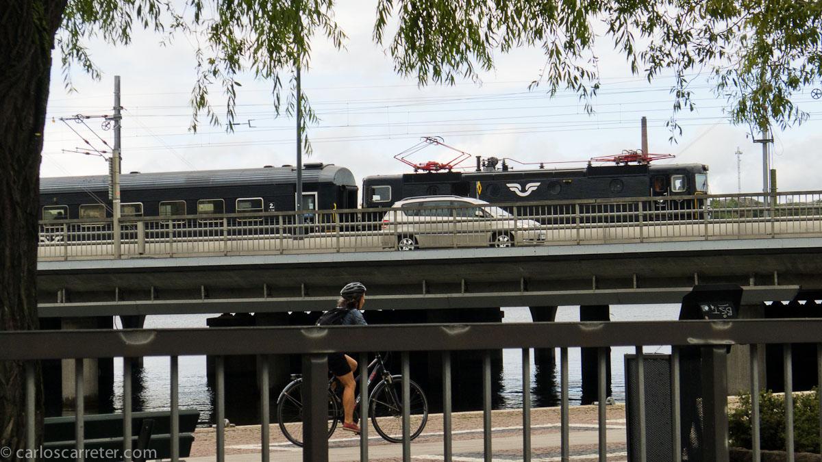 Un tren de los ferrocarriles suecos accede a la estación central cruzando sobre el lago Mälar