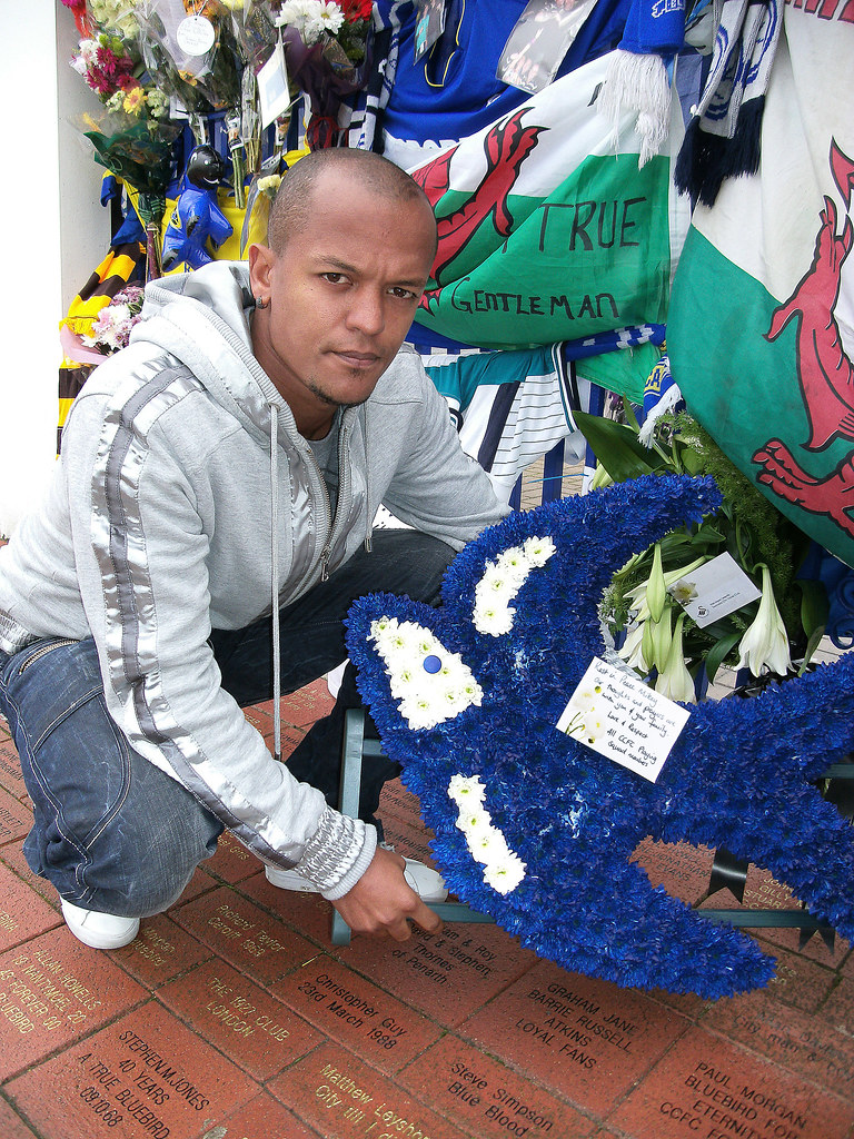 Robert Earnshaw, Cardiff City. Mike Dye tribute from players
