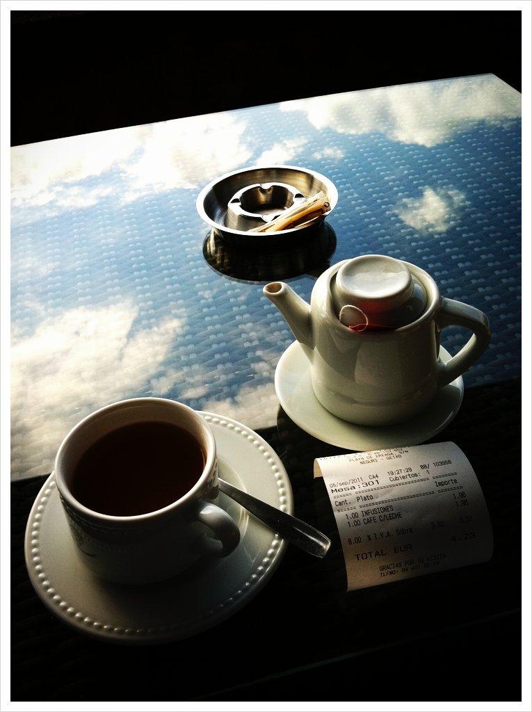 Reflejos en una mesa de café