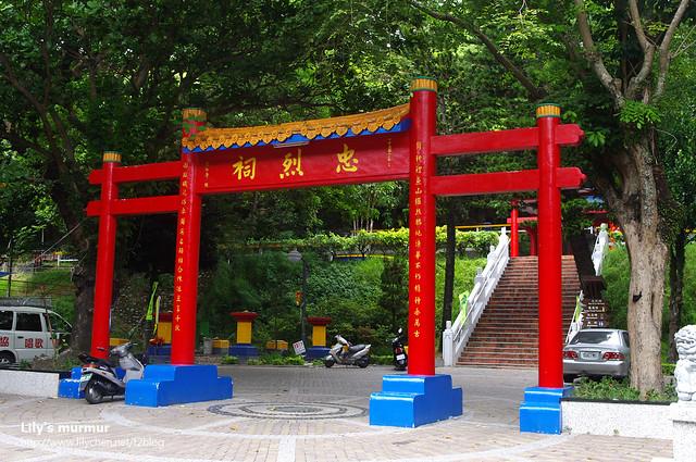 台東忠烈祠的牌坊,看起來就是改造原本台東神社門口的鳥居...
