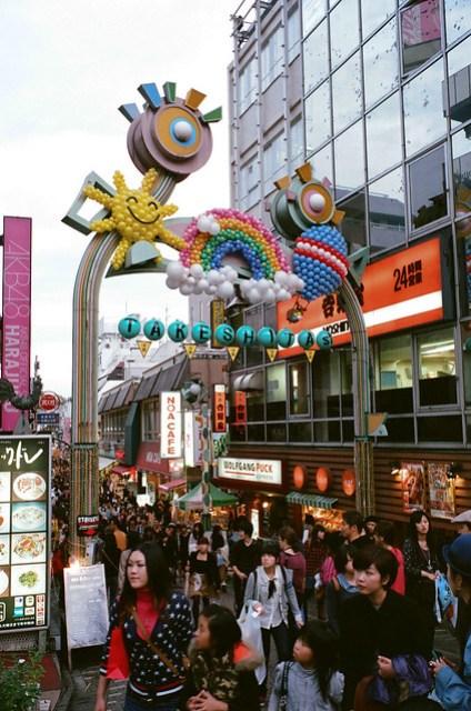 跟西門町差不多風格,還有 AKB48 的專賣店。=.=. Film: Fujifilm X-TRA 400. Camera: Leica M6. Lens: Leica 35 mm f/2 Summicron-M IV.
