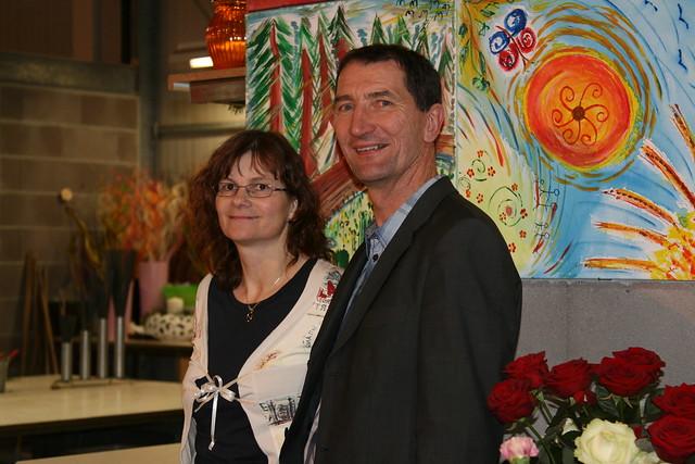 Birgit und Rainer Nekowitsch </br> (Im Hintergrund Bilder, welche von den MitarbeiterInnen der Blumenwerkstatt gemalt wurden)