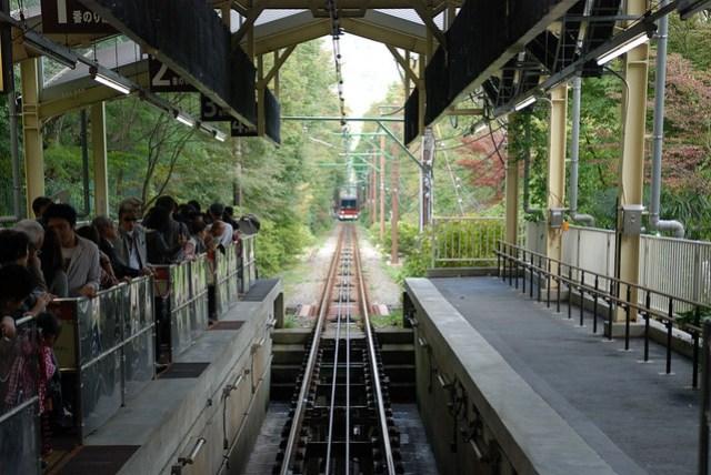 遠遠的正要開上山,和香港太平山的電車很像