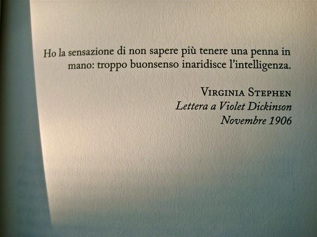 Virginia Woolf, Diari di viaggio. Mattioli 1885. [responsabilità grafica non indicata]; [imm. di cop. senza attribuzione]. p. dell'esergo (part.), 1