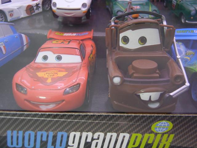 disney store cars 2 world grand prix racer & crew chief diecast set (5)