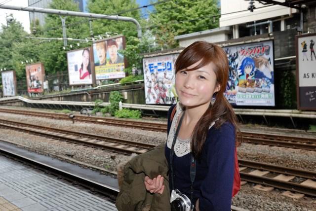 鐵道旁滿滿的廣告就很有日本的感覺
