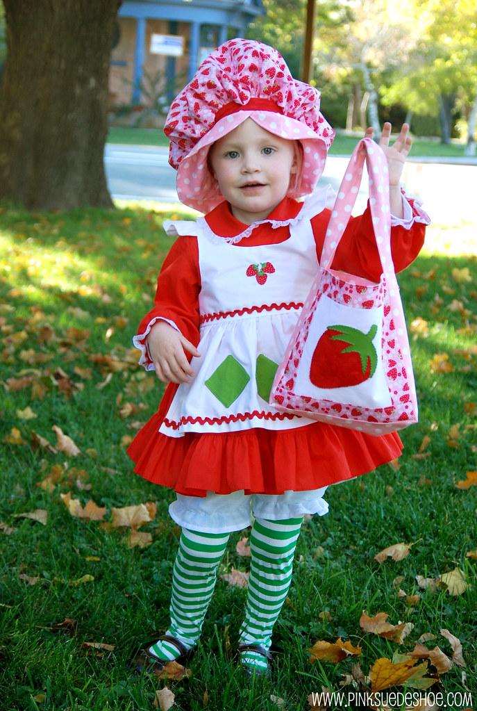 holding her bag  sc 1 st  pinksuedeshoe & Strawberry Shortcake Costume | pinksuedeshoe