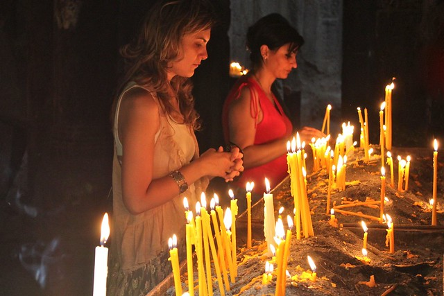 Des filles qui prient, monastère de Geghard, Arménie