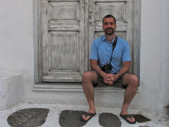 Assis devant une porte, Myconos, Grèce