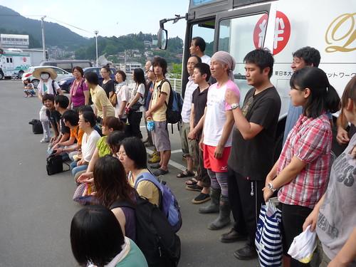 気仙沼プラザホテルで記念撮影, 陸前高田へのボランティアバス(帰路) Japan Quake Volunteer Bus to Rikuzentakata, Iwate pref.