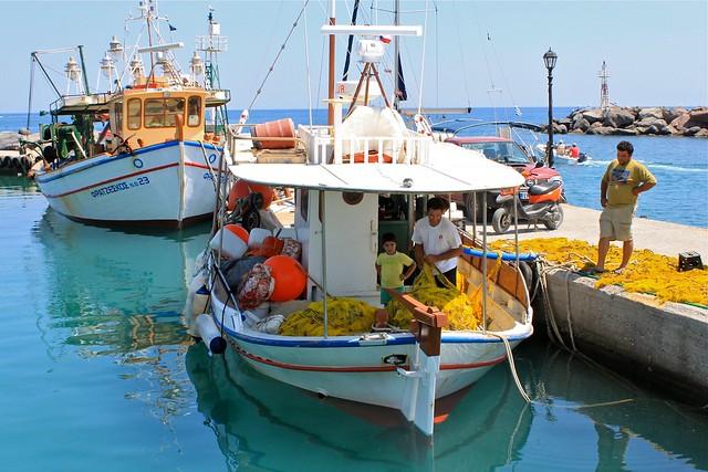 Bateaux au port de Vlychada, Santorin