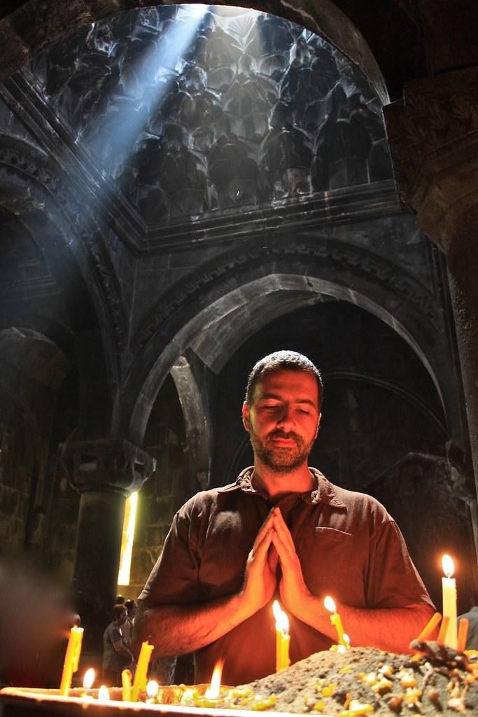 Je suis en prière, monastère de Geghard, Arménie