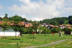 Vista del Parque-Museo Santxotena con el casería de Bozate al fondo