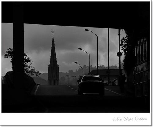 Bajo el puentered by Julio César Correa