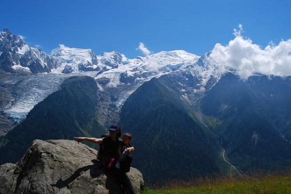 Vero y Teo frente al macizo del Mont Blanc