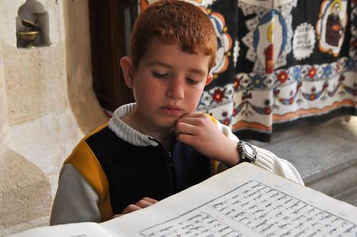 Johan leyendo un libro de rezos en arameo