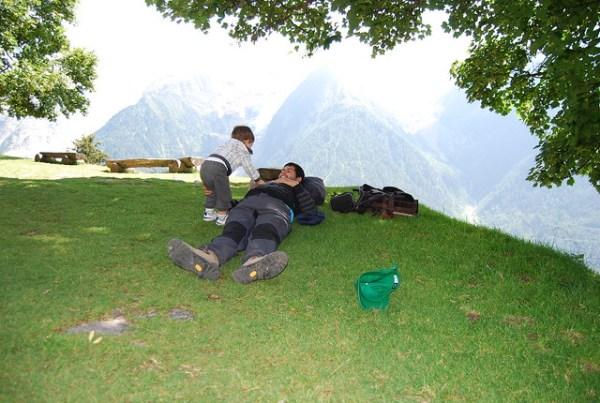 Teo y Pau jugando en los Alpes