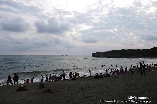 旗津的海岸,遠遠地可以看到渡輪。