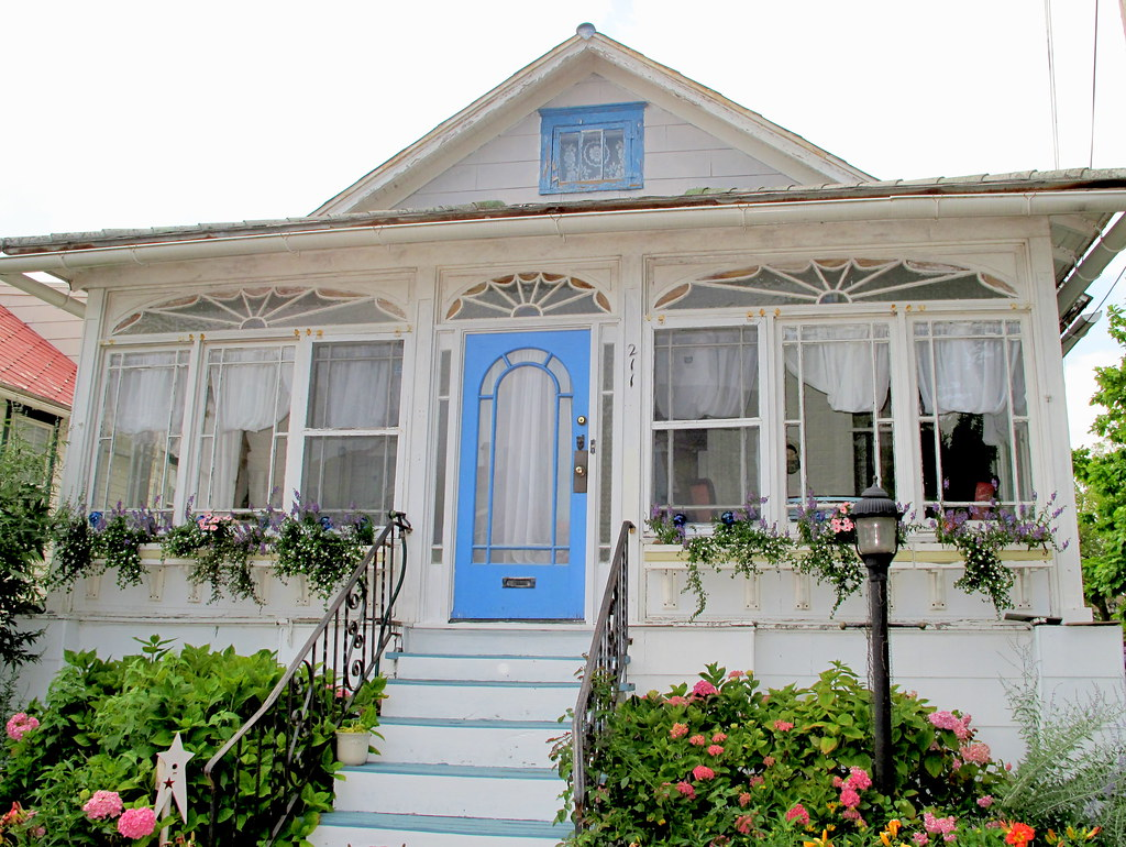Cape May cottage w/ blue trim