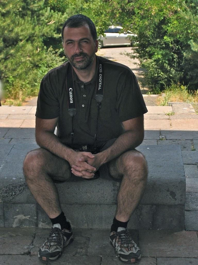 Assis sous l'Arc de Charentes, Erevan, Arménie
