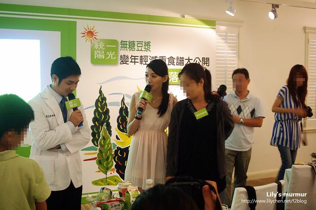楊營養師正在看隔壁組的食譜組合,旁邊那位美女就是活動主持人唷!