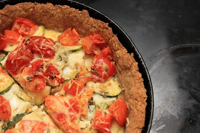 Tomato-zucchini tart in oatmeal crust