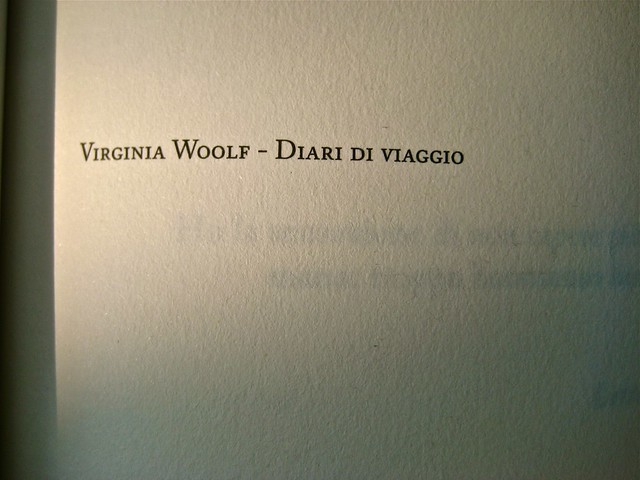 Virginia Woolf, Diari di viaggio. Mattioli 1885. [responsabilità grafica non indicata]; [imm. di cop. senza attribuzione]. p. 7 (part.), 1