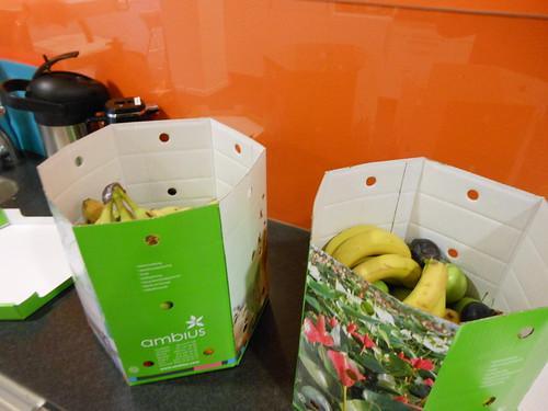 12.36 - Har ätit lunch och fixar lite efterrätt från fruktkartongerna