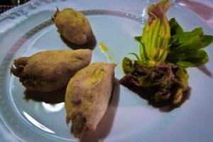 Feestmaal bij Masseria Il Frantoio in Ostuni: gefrituurde courgettebloemen