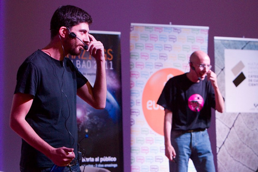 Jose A. Pérez y Luis Alfonso Gámez, presentando 'Escépticos' en el paraninfo de la UPV. Foto: Javier Pedreira, 'Wicho'.