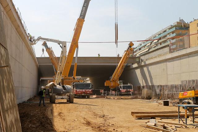 Colocación de viga bajo cable de Alta tensión - Segunda fase donde dos gruas de menor altura acaban de acomodar la viga bajo el cable - 14-09-011