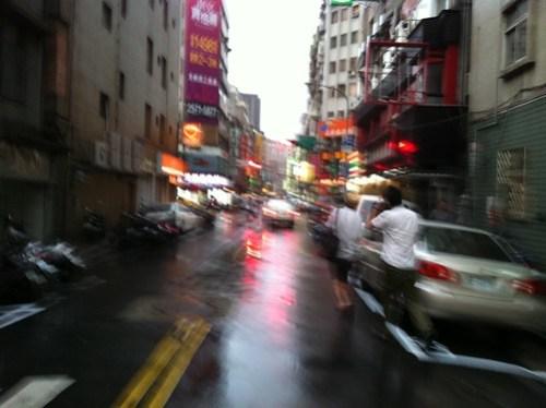 [台湾2.5] 雨の中、他力飲み会に向かう