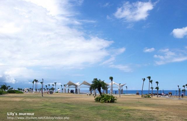 這是靠近七星潭柴魚博物館一帶的區域,有個活動平台。當天海邊的天氣太好,陽光好大,天空好藍。