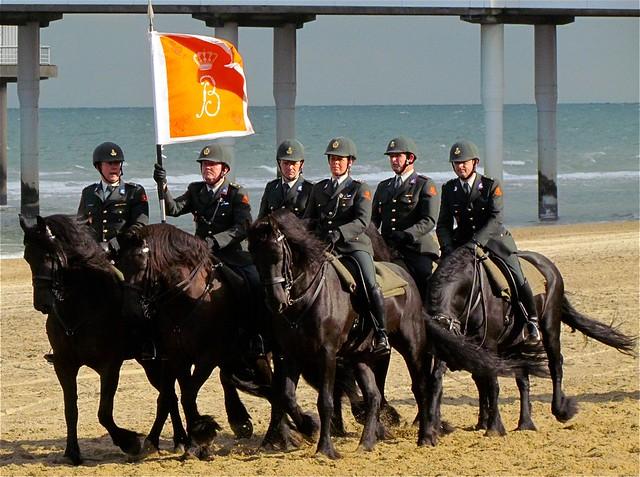 Cavalerie Ere-Escorte  met vaandel.