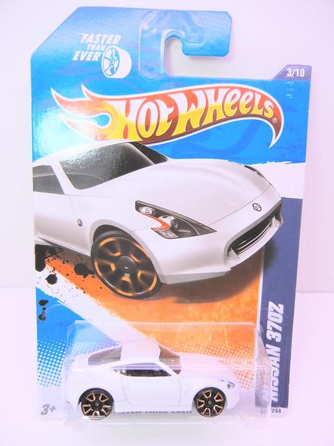 hot wheels nissan 370Z white (1)