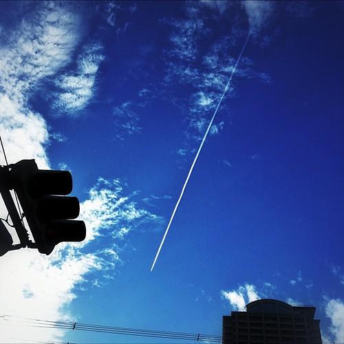 飛行機雲と信号。 #sky #iphonography #instagram