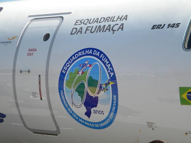 Detalhe do adesivo no avião. Foto por João Vitor Balduino.
