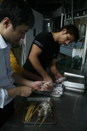 [台湾2.5] ガシガシとエビを串で指します。