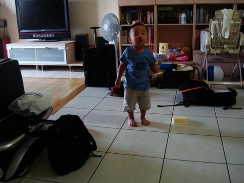 爸爸和媽媽收拾行李已經兵荒馬亂啦,我還在旁邊吵鬧呢