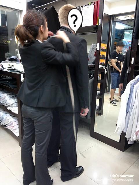 後來才發現是這位唯一的女性是副店長,正在幫尼量身。尼在店內被其他客人一直注視著,也無怪他會緊張。