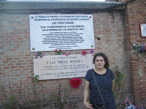 Placa conmemorativa a Las 13 Rosas by Laura Abella