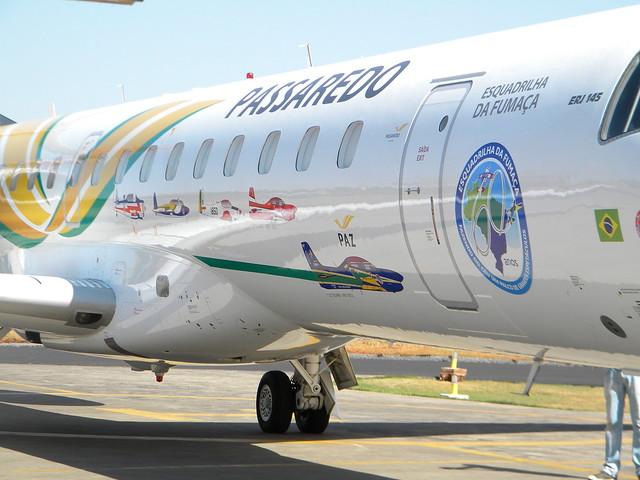 O E-145 chegando ao hangar. Foto por João Vitor Balduino.