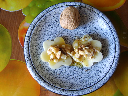 "foto ""Margherite di toma valdostana con miele di castagno e noci. Cheese daisies with chestnut honey and walnuts"" by unpodimondo - flickr"