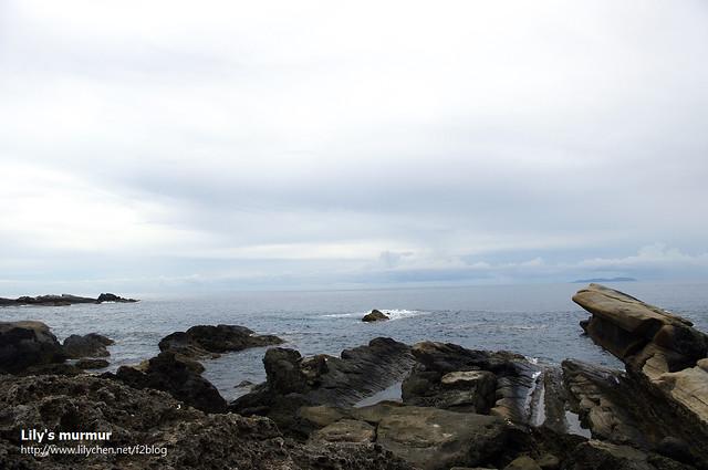 這是從小野柳拍的海景照片,還好當天是陰天,要不然肯定熱死了...