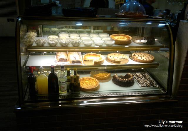 就是這個甜點櫃,讓我一邊吃Pizza一邊眼睛還離不開啊。