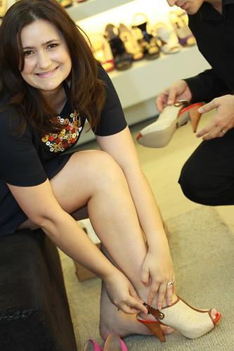 A Lilian bem que relutou rsrsr mas não resistiu: experimentou e levou a sandália !