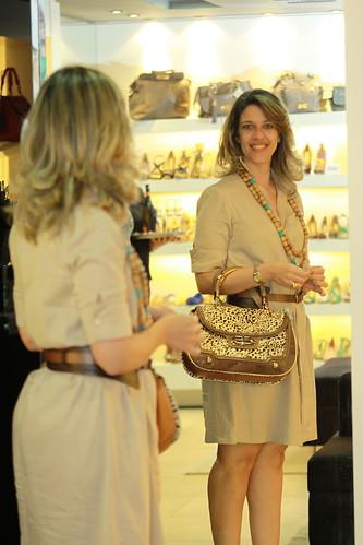 Cliente satisfeita: Carla sai feliz da vida com uma bolsa da nova coleção
