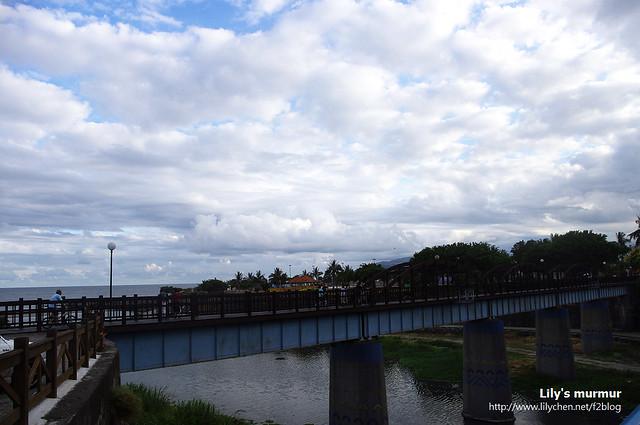 照片上有點看不清楚,照片裡面那座木造拱橋就是曙光橋。